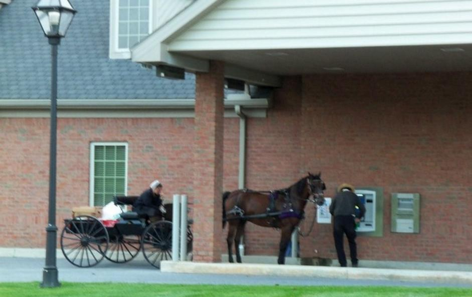 [Photo] They Go to the ATM with a Horse-Drawn Carriage