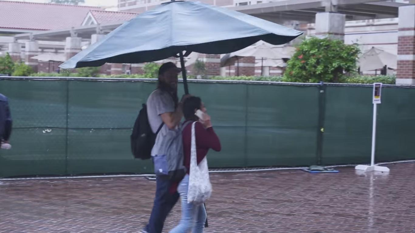 Guy Steals Starbucks Umbrella to Protect Girls from the Rain