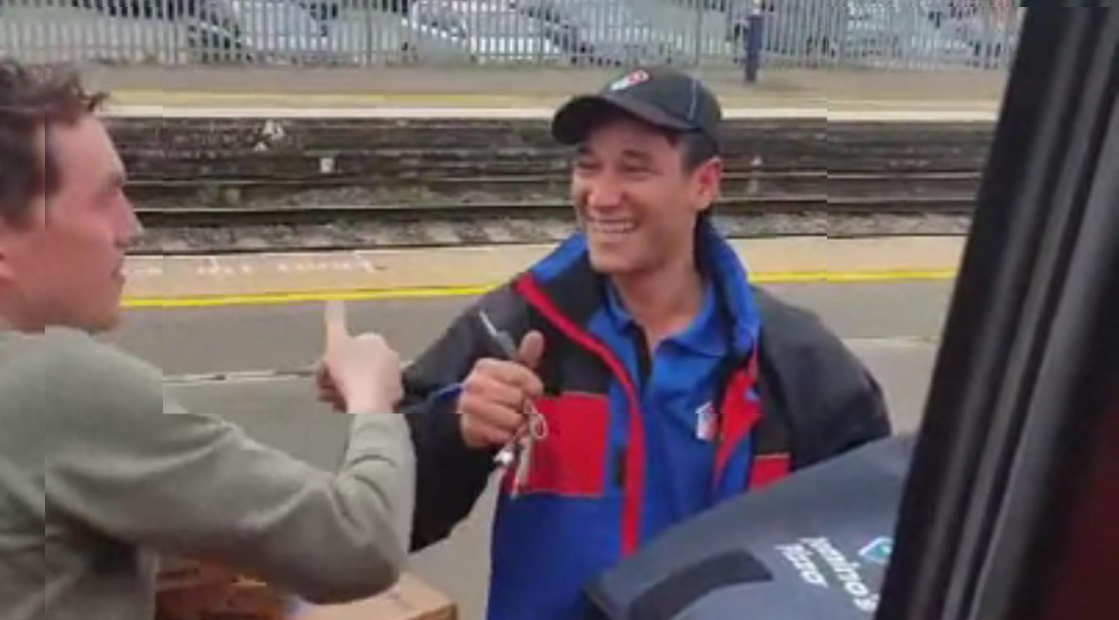 [GIF] Guy Orders Dominos Pizza From Train and Gets It Delivered on Train Platform